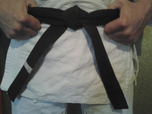 Как правильно завязать пояс на кимоно дзюдоиста: пошаговая инструкция и видео